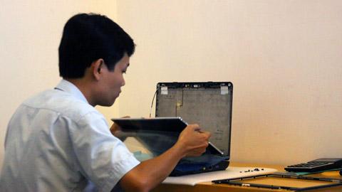 Sau khi Acer thay màn hình mới cho laptop, anh Sơn cho biết màn hình sáng hẳn lên. Ảnh: Ca Hảo