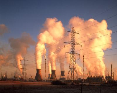 Những ống khói của một nhà máy hóa dầu đang xả khí thải. Những khí thải nhà kính này là tác nhân chính làm biến đổi khí hậu.