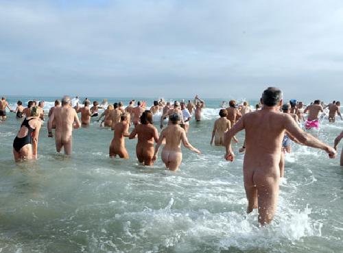 400 người tắm nude trong nước biển lạnh, Chuyện lạ, Phi thường - kỳ quặc, chuyen la,chuyen la co that,chuyen la the gioi,nude,tam nude,tap nude tap the