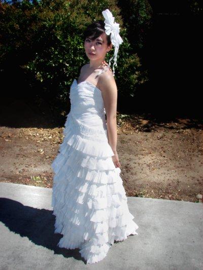 Những chiếc váy cưới quyến rũ làm từ giấy vệ sinh