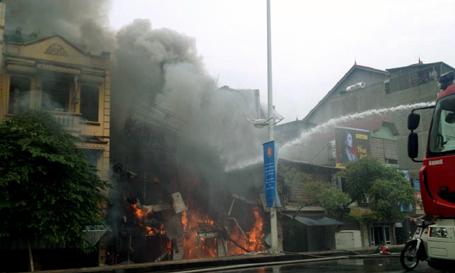 Hà Nội: Cửa hàng nội thất 3 tầng đổ sập trong biển lửa