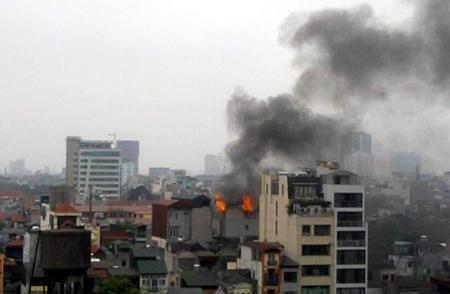 """Hà Nội: Hỏa hoạn kinh hoàng sát """"chợ Giời"""", cả phố hoảng loạn"""