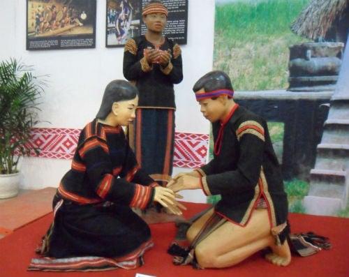 Phong tục trao vòng cầu hôn của người Ê Đê