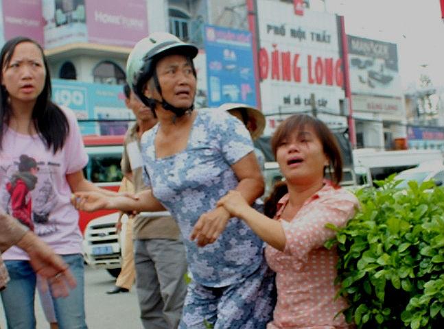 Xã hội - Giây phút người phụ nữ bị cuốn dưới gầm xe tải (Hình 2).
