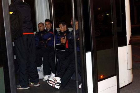 Bóng đá Quốc tế - Chùm ảnh: Barca trở về với tâm trạng nặng nề (Hình 8).