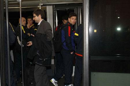 Bóng đá Quốc tế - Chùm ảnh: Barca trở về với tâm trạng nặng nề (Hình 9).