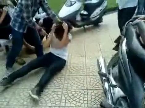 Buộc thôi học 2 nữ sinh đánh bạn, quay phim