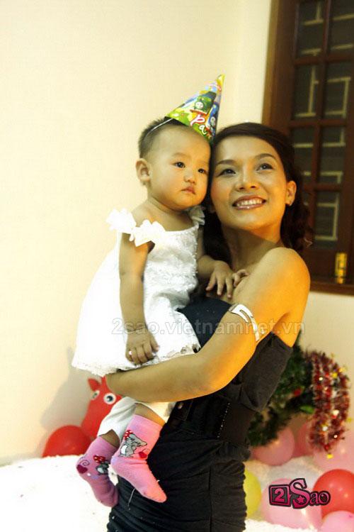 Hình ảnh Ca sĩ Thái Thùy Linh bất ngờ khoe... con gái 1 tuổi số 1