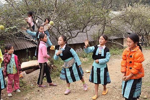 Hình ảnh Tiếng nhạc trên trang phục người Mông ở Mộc Châu số 7