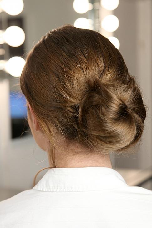 Hình ảnh Cách làm cực dễ để có tóc búi quyến rũ số 7