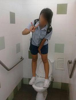 """Hình ảnh Nữ sinh """"tự sướng"""" trong nhà vệ sinh nam số 5"""
