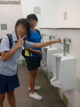 """Hình ảnh Nữ sinh """"tự sướng"""" trong nhà vệ sinh nam số 6"""