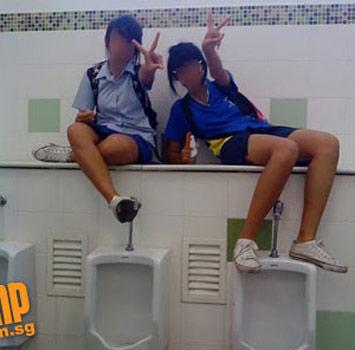"""Hình ảnh Nữ sinh """"tự sướng"""" trong nhà vệ sinh nam số 7"""