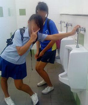 """Hình ảnh Nữ sinh """"tự sướng"""" trong nhà vệ sinh nam số 8"""