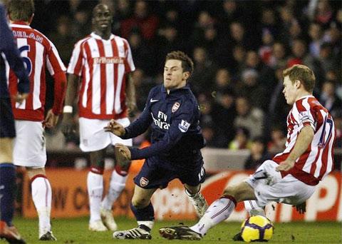Hình ảnh Pha vào bóng kinh hoàng khiến Ramsey gãy chân số 1