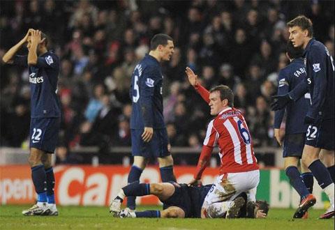 Hình ảnh Pha vào bóng kinh hoàng khiến Ramsey gãy chân số 3