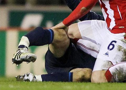 Hình ảnh Pha vào bóng kinh hoàng khiến Ramsey gãy chân số 4