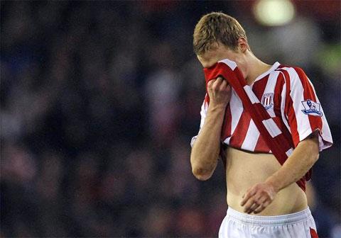 Hình ảnh Pha vào bóng kinh hoàng khiến Ramsey gãy chân số 8