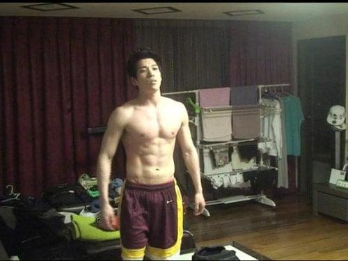 Hình ảnh Sao Hàn thích 'tự sướng' kiểu khoe ngực số 6