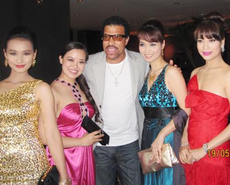 Hình ảnh Trương Ngọc Ánh vui mừng gặp lại Lionel Richie tại LHP Cannes số 3