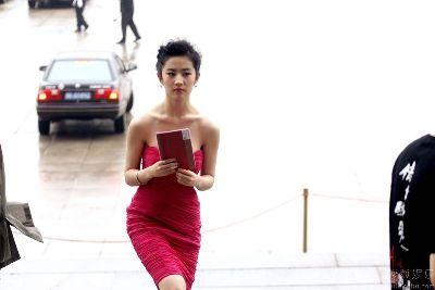 """Hình ảnh """"Ma nữ"""" Lưu Diệc Phi sợ lộ ngực số 3"""