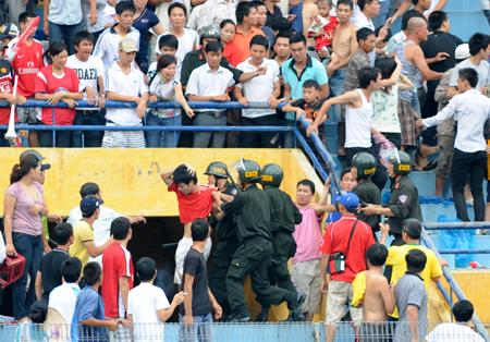[Hình ảnh] Công an Hà Nội đàn áp dã man cổ động viên Hải Phòng - www.TAICHINH2A.COM
