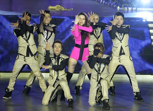 Hình ảnh Hồ Ngọc Hà lột đồ trên sân khấu số 5