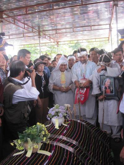 Hình ảnh Những hình ảnh đau buồn trong lễ tang NSND Y Moan số 17