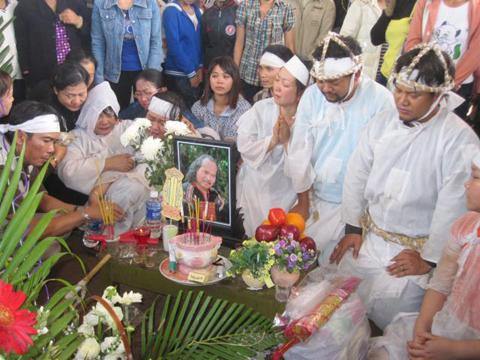 Hình ảnh Những hình ảnh đau buồn trong lễ tang NSND Y Moan số 20