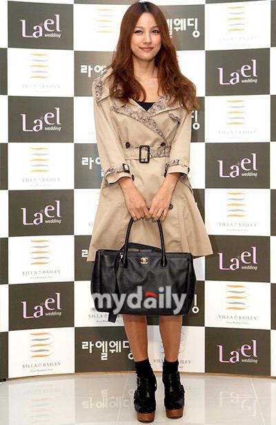 """Hình ảnh Lee Hyori """"ghen"""" với cô dâu mới Lee Soo Young số 1"""