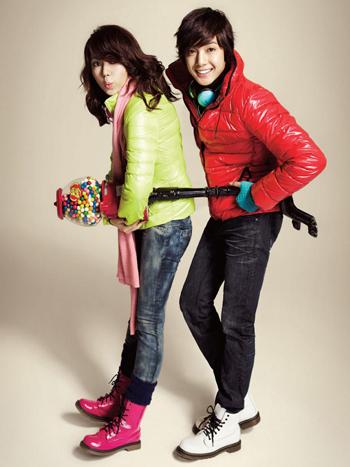 """Yoon Eun Hye và Kim Hyun Joong """"làm điệu"""" với quần áo"""