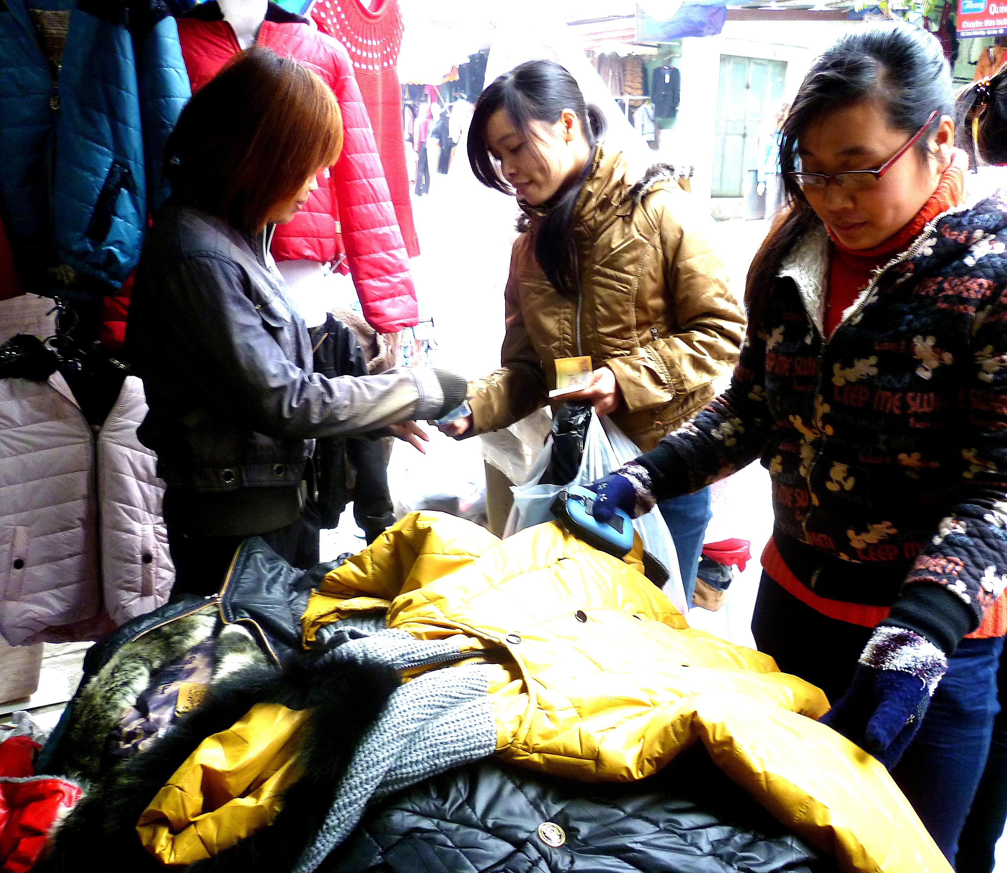 Hình ảnh Cuối năm: Vào chợ đầu mối, săn quần áo giá rẻ số 1