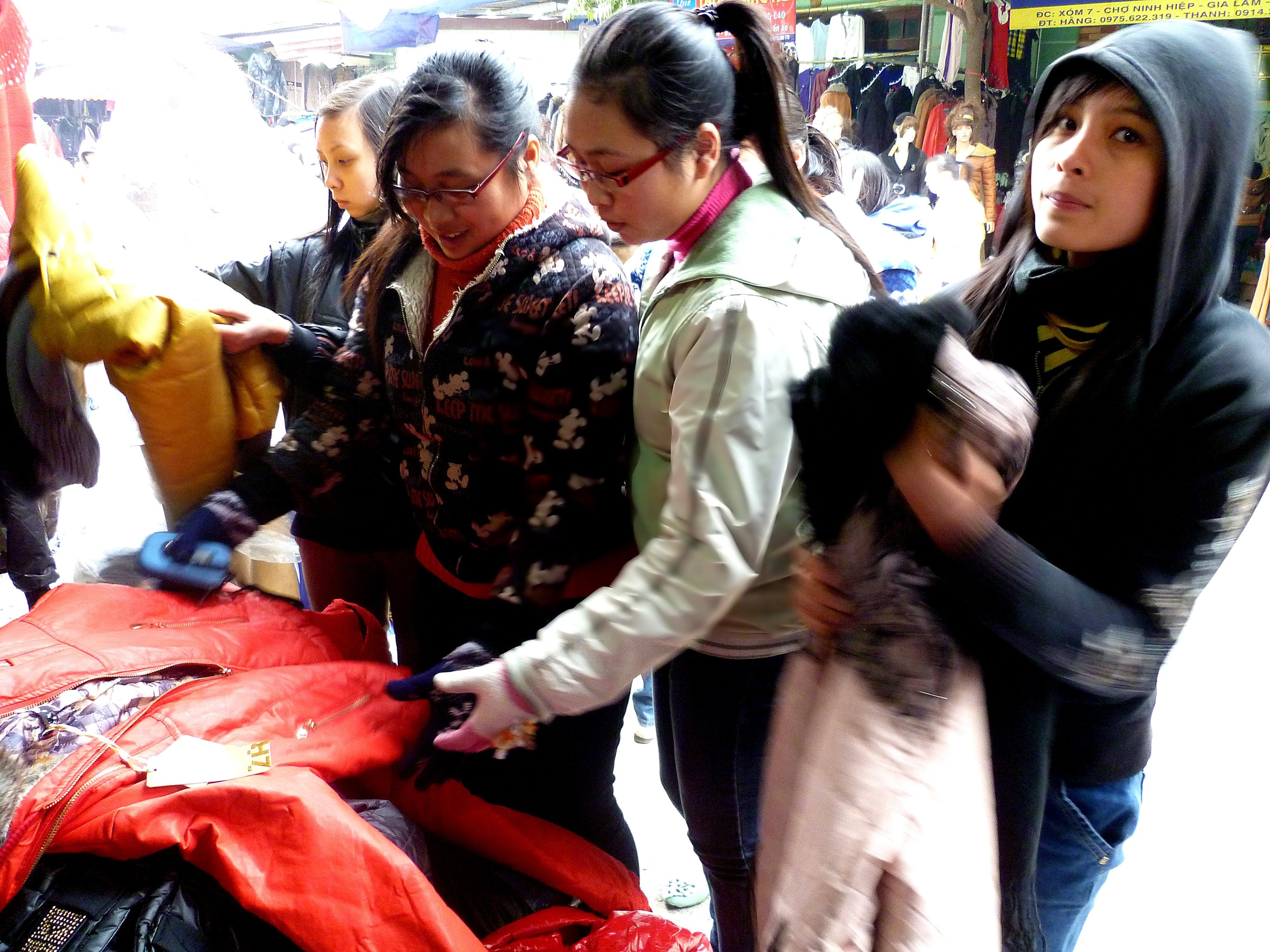 Hình ảnh Cuối năm: Vào chợ đầu mối, săn quần áo giá rẻ số 2