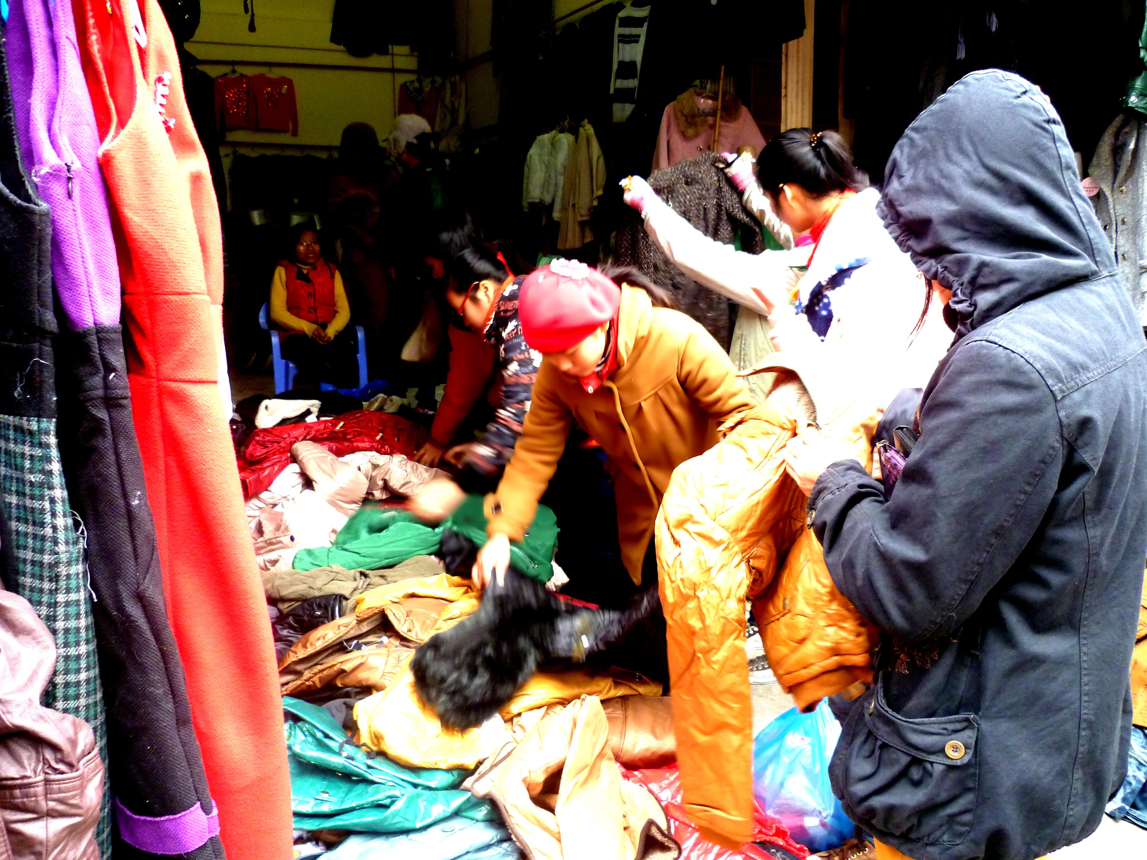 Hình ảnh Cuối năm: Vào chợ đầu mối, săn quần áo giá rẻ số 4