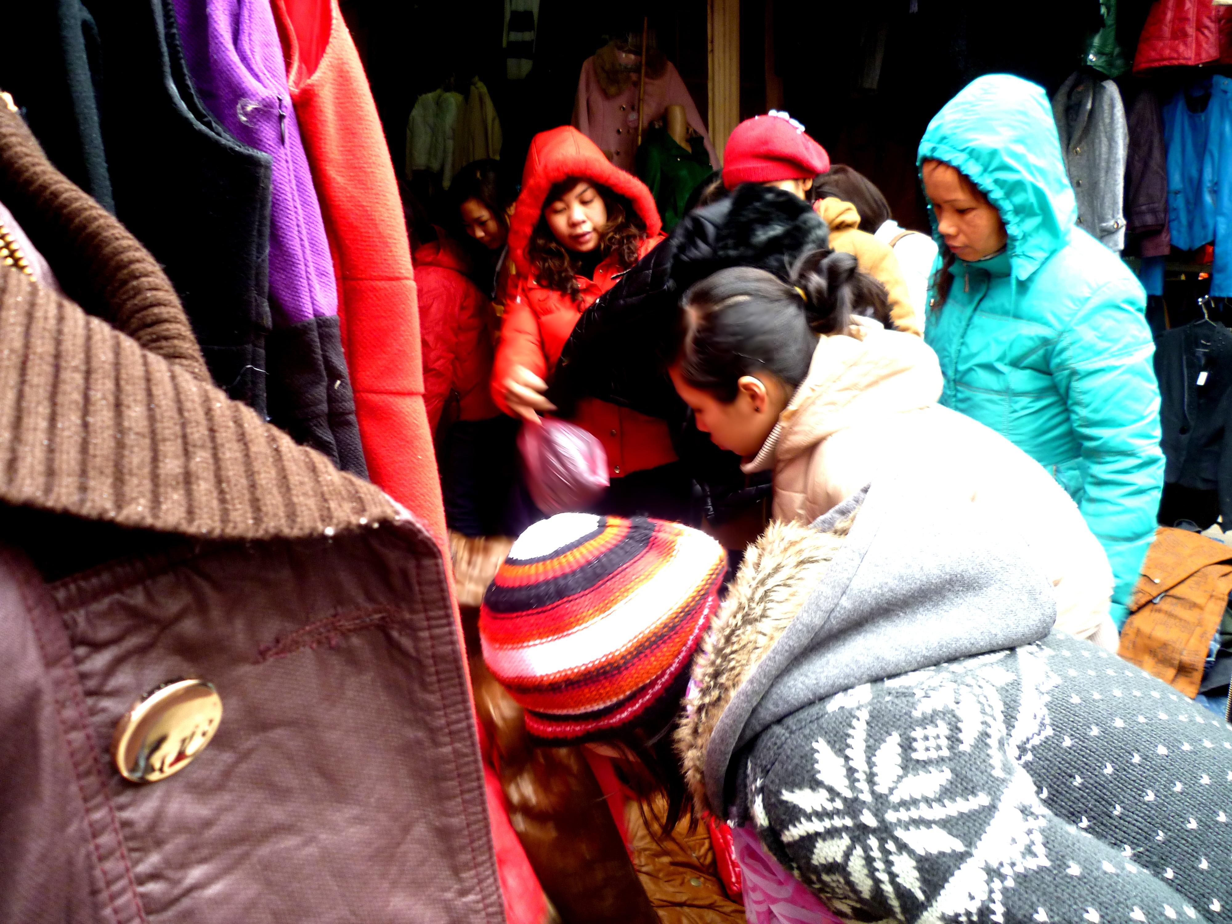 Hình ảnh Cuối năm: Vào chợ đầu mối, săn quần áo giá rẻ số 5
