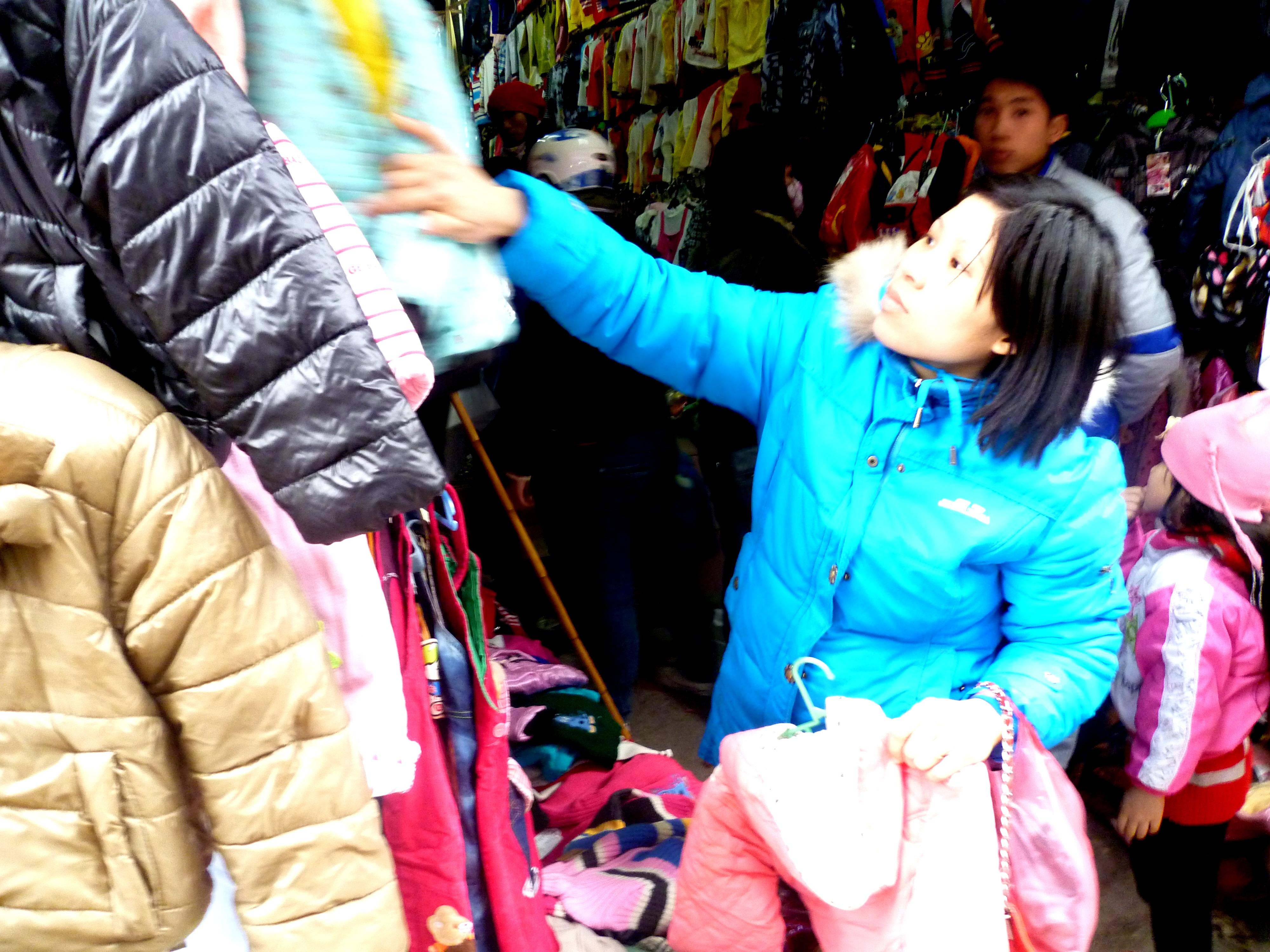 Hình ảnh Cuối năm: Vào chợ đầu mối, săn quần áo giá rẻ số 7