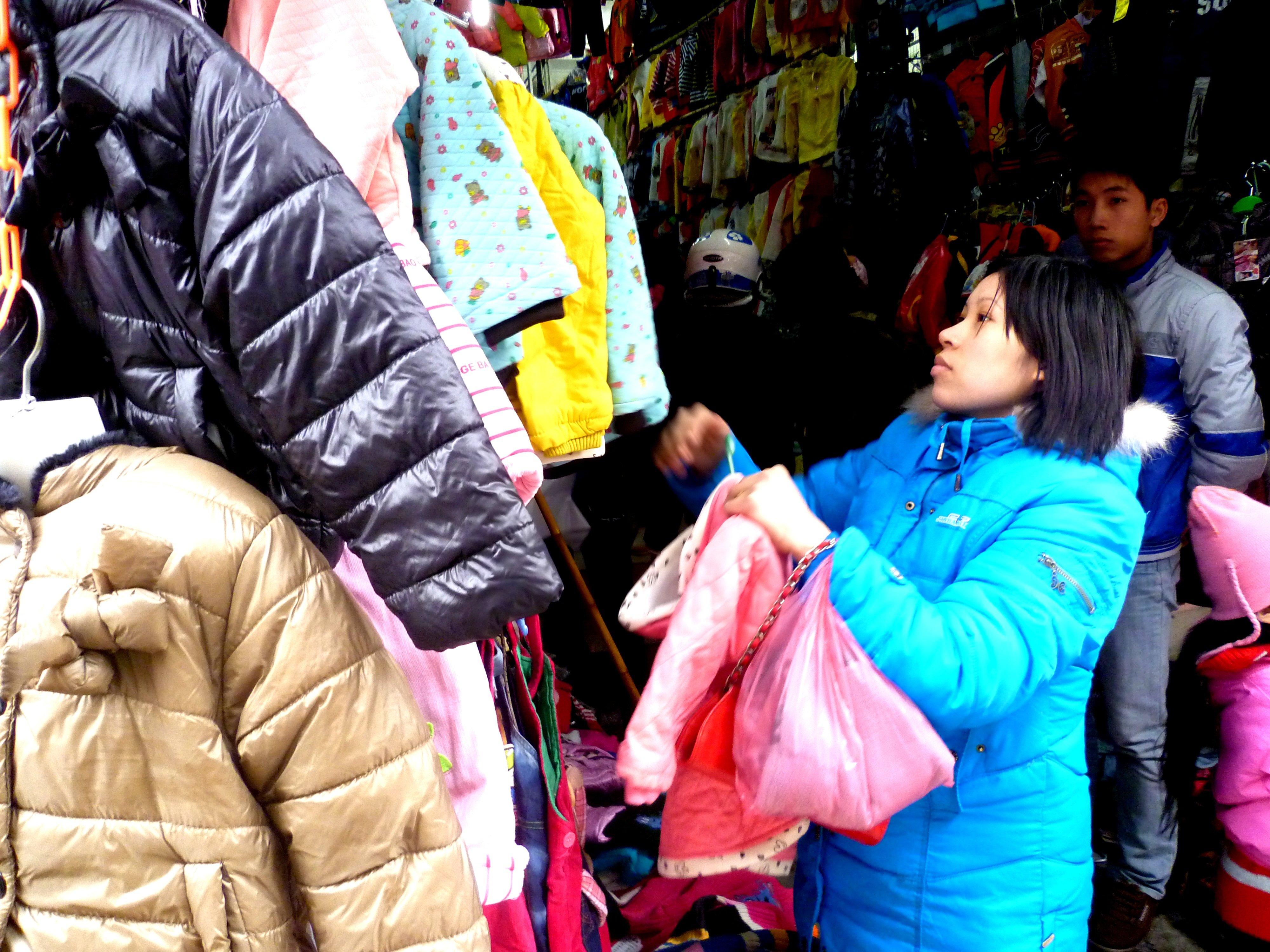 Hình ảnh Cuối năm: Vào chợ đầu mối, săn quần áo giá rẻ số 8
