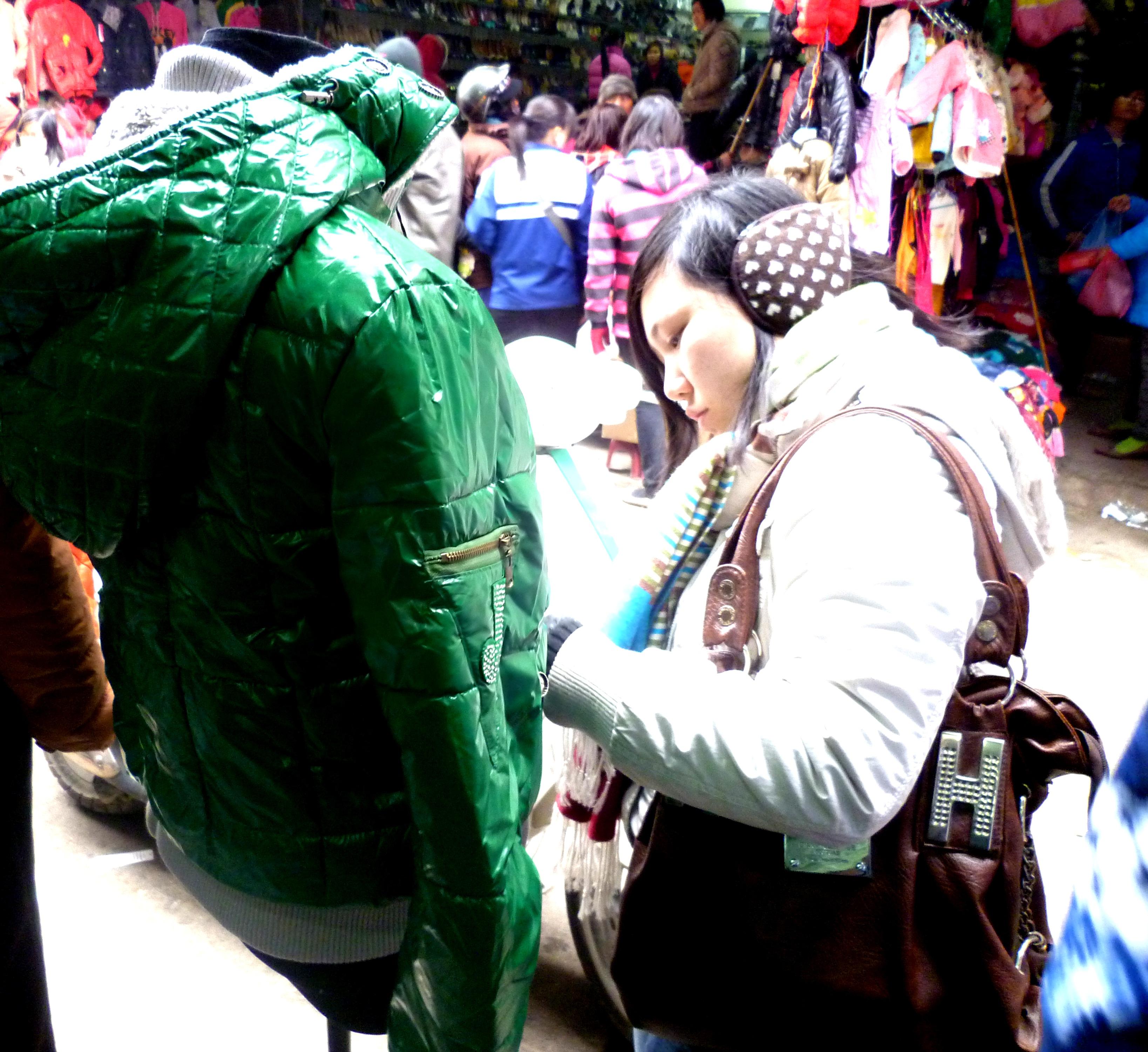 Hình ảnh Cuối năm: Vào chợ đầu mối, săn quần áo giá rẻ số 9