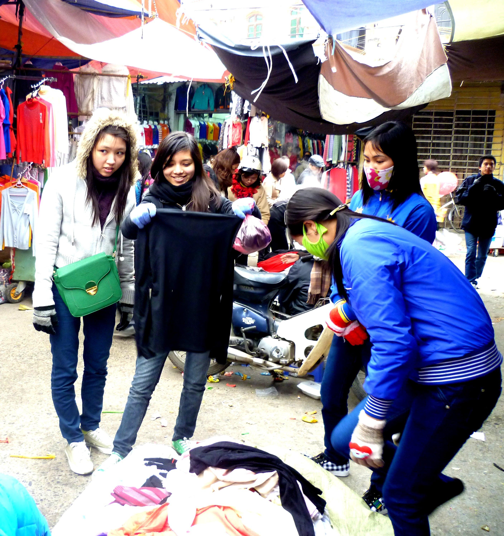 Hình ảnh Cuối năm: Vào chợ đầu mối, săn quần áo giá rẻ số 11