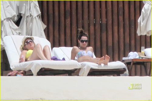 Hình ảnh Van khoe dáng bikini cùng Ashley Tisdale số 6