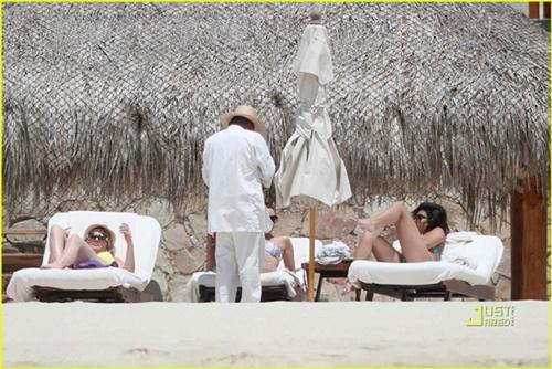 Hình ảnh Van khoe dáng bikini cùng Ashley Tisdale số 7