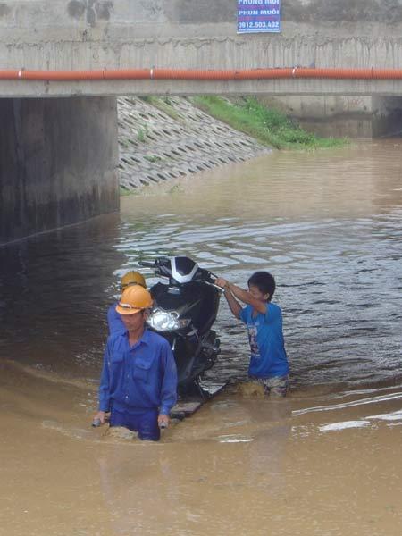 Hình ảnh Ngập lụt ở đại lộ hiện đại nhất Việt Nam số 4