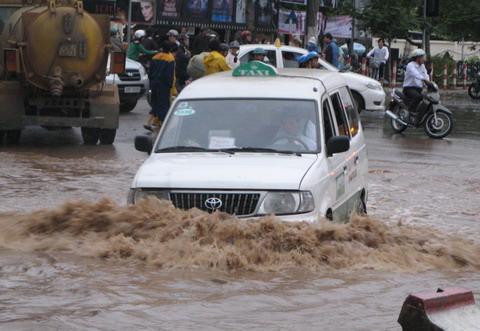 Lái xe qua vùng ngập nước