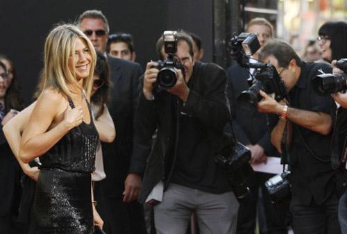 Hình ảnh Jolie và Aniston: Người thích tiền, kẻ chọn tình số 16