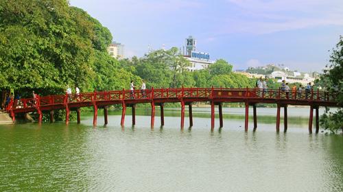Cầu Thê Húc màu đỏ son nổi bật trên nền hồ Hoàn Kiếm. Đây là một trong số những cảnh đẹp ấn tượng của Hà Nội, được nhiều du khách nước ngoài yêu thích.