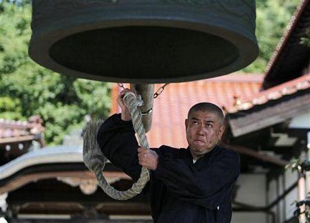 Hình ảnh Nhà sư Nhật trồng hướng dương để khử phóng xạ số 14