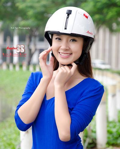 Hình ảnh Midu sành điệu với mũ bảo hiểm số 2