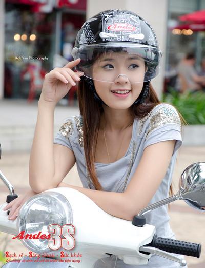 Hình ảnh Midu sành điệu với mũ bảo hiểm số 3