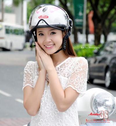 Hình ảnh Midu sành điệu với mũ bảo hiểm số 5