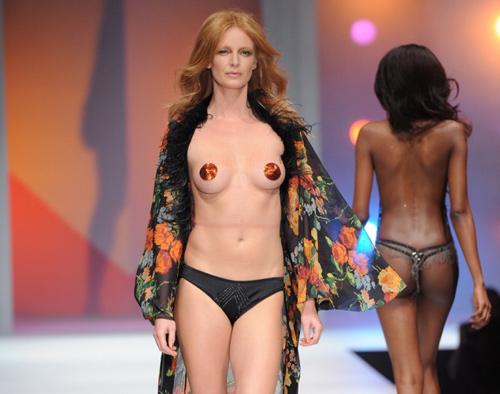Hình ảnh Những pha lộ ngực gây sốc trên catwalk số 9